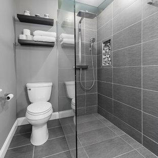 Imagen de cuarto de baño principal, moderno, pequeño, con lavabo sobreencimera, ducha a ras de suelo, sanitario de dos piezas, baldosas y/o azulejos grises, baldosas y/o azulejos de cerámica, paredes grises y suelo de baldosas de cerámica