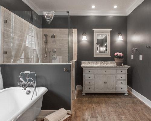 Salle de bain avec des portes de placard en bois vieilli for Placard d angle salle de bain