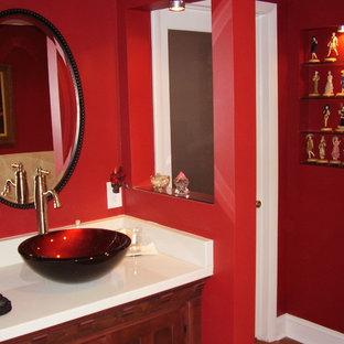 Imagen de cuarto de baño principal, ecléctico, de tamaño medio, con lavabo sobreencimera, armarios tipo mueble, puertas de armario de madera en tonos medios, encimera de mármol, bañera esquinera, ducha abierta, sanitario de una pieza, baldosas y/o azulejos beige, baldosas y/o azulejos de cerámica, paredes rojas y suelo de baldosas de cerámica