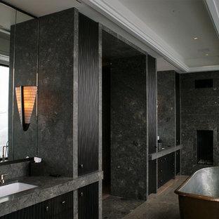 Идея дизайна: большая главная ванная комната в современном стиле с фасадами с филенкой типа жалюзи, черными фасадами, отдельно стоящей ванной, черной плиткой, серой плиткой, керамогранитной плиткой, серыми стенами, полом из керамогранита, врезной раковиной и столешницей из гранита