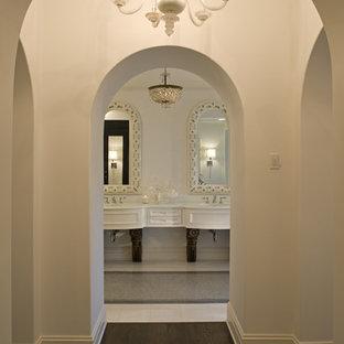 Ejemplo de cuarto de baño mediterráneo con puertas de armario blancas y armarios con paneles empotrados