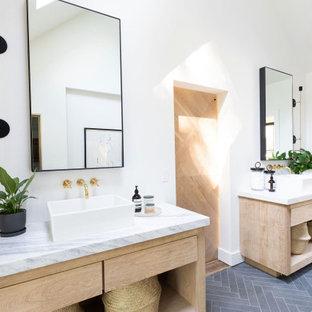 Idee per una stanza da bagno country con ante lisce, ante in legno chiaro, pareti bianche, lavabo a bacinella, pavimento grigio, top bianco, due lavabi, mobile bagno incassato e soffitto a volta