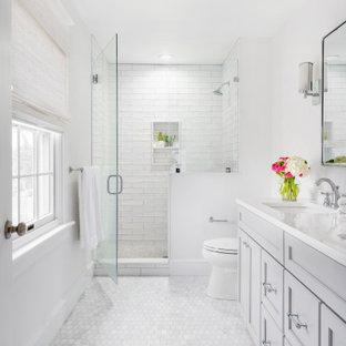 Idéer för mellanstora vintage vitt en-suite badrum, med grå skåp, porslinskakel, vita väggar, marmorgolv, dusch med gångjärnsdörr, luckor med infälld panel, en dusch i en alkov, vit kakel, ett undermonterad handfat och vitt golv