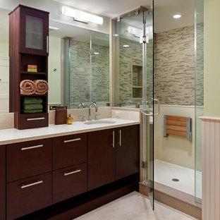 Idee per una stanza da bagno padronale minimal di medie dimensioni con lavabo sottopiano, ante lisce, ante in legno bruno, top in quarzo composito, doccia alcova, piastrelle multicolore, piastrelle a mosaico, pareti verdi, pavimento in gres porcellanato e porta doccia a battente