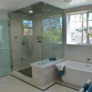 Idéer för ett mellanstort klassiskt vit en-suite badrum, med ett fristående badkar, en hörndusch, vita väggar, marmorgolv, flerfärgat golv, dusch med gångjärnsdörr, luckor med upphöjd panel, vita skåp, marmorbänkskiva, en toalettstol med hel cisternkåpa, vit kakel, keramikplattor och ett undermonterad handfat