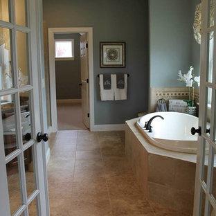 Ejemplo de cuarto de baño principal, de estilo americano, grande, con paredes grises, bañera encastrada y suelo de baldosas de cerámica