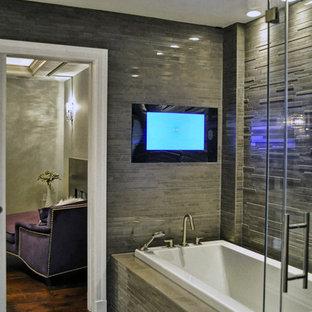 ニューヨークの広いコンテンポラリースタイルのおしゃれなマスターバスルーム (ドロップイン型浴槽、茶色いタイル、磁器タイル、グレーの壁、磁器タイルの床) の写真