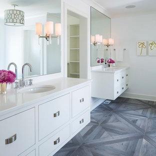 Foto de cuarto de baño principal, tradicional renovado, con armarios con paneles lisos, puertas de armario blancas, paredes blancas, suelo de madera oscura, lavabo tipo consola y suelo gris