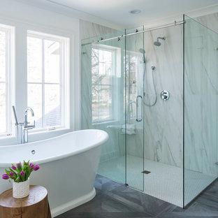Imagen de cuarto de baño principal, clásico renovado, con bañera exenta, ducha a ras de suelo, paredes blancas, suelo de madera oscura, ducha con puerta corredera y suelo gris