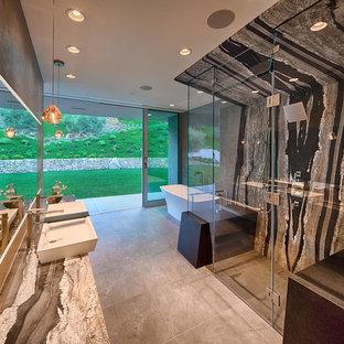 Geräumiges Modernes Badezimmer En Suite mit Aufsatzwaschbecken, verzierten Schränken, hellen Holzschränken, Granit-Waschbecken/Waschtisch, freistehender Badewanne, Doppeldusche, Toilette mit Aufsatzspülkasten, grauen Fliesen, Porzellanfliesen, bunten Wänden und Porzellan-Bodenfliesen in San Diego