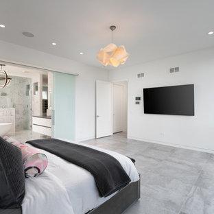 На фото: с высоким бюджетом большие главные ванные комнаты в стиле модернизм с плоскими фасадами, белыми фасадами, японской ванной, двойным душем, унитазом-моноблоком, серой плиткой, душем с распашными дверями, тумбой под две раковины, подвесной тумбой, сиденьем для душа, мраморной столешницей, мраморной плиткой, серыми стенами, мраморным полом, врезной раковиной, серым полом и серой столешницей
