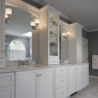 Ejemplo de cuarto de baño clásico con encimera de mármol