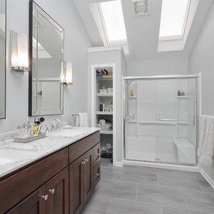 Ispirazione per una stanza da bagno padronale minimal di medie dimensioni con ante in stile shaker, ante in legno bruno, doccia alcova, piastrelle grigie, piastrelle in gres porcellanato, pareti grigie e pavimento in vinile