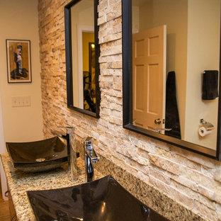 Esempio di una stanza da bagno padronale etnica di medie dimensioni con lavabo a bacinella, ante in legno scuro, top in granito, vasca ad alcova, vasca/doccia, WC monopezzo, piastrelle beige, lastra di pietra, pareti beige e pavimento in travertino
