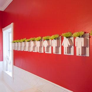 Foto de cuarto de baño ecléctico, pequeño, con lavabo integrado, puertas de armario blancas, encimera de acrílico, bañera encastrada, ducha empotrada, sanitario de dos piezas, baldosas y/o azulejos blancos, baldosas y/o azulejos de cemento, paredes rojas y suelo de baldosas de cerámica