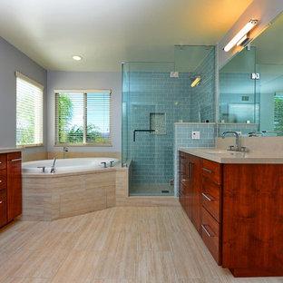 Idee per una stanza da bagno padronale design di medie dimensioni con ante lisce, ante in legno bruno, vasca da incasso, doccia ad angolo, piastrelle beige, lastra di pietra, pareti viola, lavabo sottopiano, top in superficie solida e pavimento in gres porcellanato