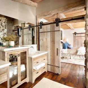Неиссякаемый источник вдохновения для домашнего уюта: ванная комната в стиле рустика с монолитной раковиной, искусственно-состаренными фасадами, плоскими фасадами, паркетным полом среднего тона и мраморной столешницей