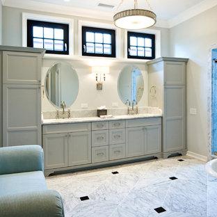 Klassisches Badezimmer mit Unterbauwaschbecken, Schrankfronten mit vertiefter Füllung und grauen Schränken in Charleston
