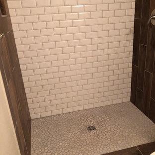 Foto di una stanza da bagno padronale design di medie dimensioni con ante lisce, ante marroni, doccia alcova, WC monopezzo, piastrelle bianche, piastrelle diamantate, pareti beige, pavimento in marmo, lavabo da incasso, top in laminato, pavimento bianco, doccia aperta e top bianco