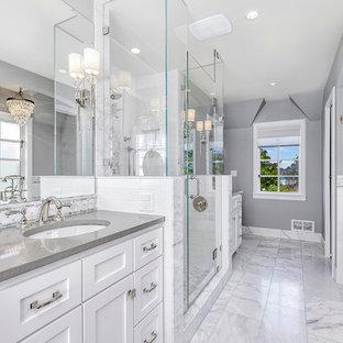 Imagen de cuarto de baño principal, clásico renovado, de tamaño medio, con armarios estilo shaker, puertas de armario blancas, bañera exenta, ducha empotrada, baldosas y/o azulejos grises, baldosas y/o azulejos blancos, baldosas y/o azulejos de cemento, paredes grises, suelo de mármol, lavabo bajoencimera, encimera de cuarzo compacto, suelo gris y encimeras grises