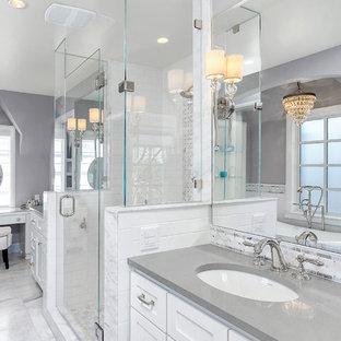 Idéer för mellanstora vintage grått en-suite badrum, med ett undermonterad handfat, skåp i shakerstil, vita skåp, vit kakel, grå kakel, grå väggar, ett fristående badkar, en dusch i en alkov, tunnelbanekakel, marmorgolv, bänkskiva i kvarts och grått golv