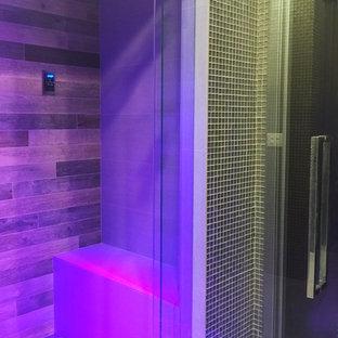 Foto di una stanza da bagno padronale etnica di medie dimensioni con doccia a filo pavimento, piastrelle multicolore, piastrelle in gres porcellanato, pareti grigie, pavimento in gres porcellanato e porta doccia a battente
