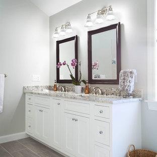 Ejemplo de cuarto de baño principal, clásico, grande, con armarios con paneles empotrados, puertas de armario blancas, bañera esquinera, ducha esquinera, sanitario de una pieza, baldosas y/o azulejos beige, baldosas y/o azulejos de cerámica, paredes verdes, suelo de baldosas de cerámica, lavabo bajoencimera y encimera de granito