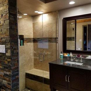Esempio di una grande stanza da bagno padronale rustica con ante lisce, ante marroni, doccia ad angolo, piastrelle beige, piastrelle di cemento, pareti beige, lavabo sottopiano e porta doccia a battente