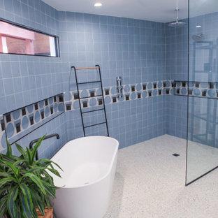 Réalisation d'une salle de bain principale minimaliste de taille moyenne avec un placard sans porte, des portes de placard marrons, une baignoire indépendante, une douche à l'italienne, un WC à poser, un carrelage bleu, un carrelage métro, un mur blanc, un sol en terrazzo, un lavabo suspendu, un sol jaune et aucune cabine.