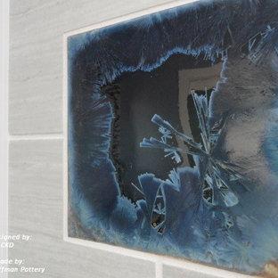 Ejemplo de cuarto de baño contemporáneo, de tamaño medio, con lavabo sobreencimera, armarios tipo vitrina, puertas de armario de madera en tonos medios, encimera de cuarcita, ducha a ras de suelo, sanitario de una pieza, baldosas y/o azulejos marrones, paredes azules y suelo de baldosas de porcelana