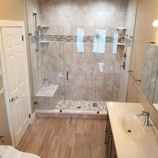 Diseño de cuarto de baño principal, moderno, grande, sin sin inodoro, con puertas de armario grises, jacuzzi, baldosas y/o azulejos grises, baldosas y/o azulejos de piedra, suelo de baldosas de porcelana, encimera de zinc, suelo gris, bidé y lavabo integrado