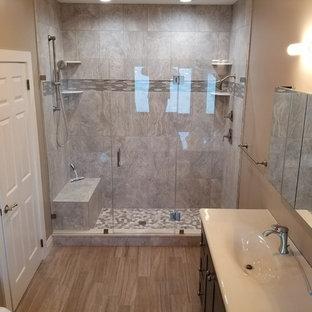 Modelo de cuarto de baño principal, moderno, grande, sin sin inodoro, con puertas de armario grises, baldosas y/o azulejos grises, baldosas y/o azulejos de piedra, encimera de zinc, jacuzzi, bidé, suelo de baldosas de porcelana, lavabo integrado y suelo gris