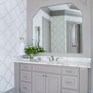 Foto de cuarto de baño principal, clásico renovado, de tamaño medio, con puertas de armario grises, baldosas y/o azulejos beige, baldosas y/o azulejos de cemento, encimera de mármol y armarios con paneles con relieve