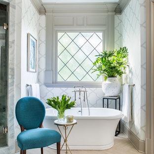 Immagine di una stanza da bagno padronale classica di medie dimensioni con vasca freestanding, pareti bianche e parquet chiaro