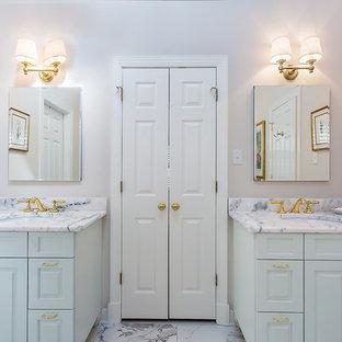 Idee per una stanza da bagno padronale classica di medie dimensioni con ante in stile shaker, ante turchesi, vasca freestanding, WC a due pezzi, pareti beige, pavimento in gres porcellanato, lavabo sottopiano, top in granito e pavimento bianco