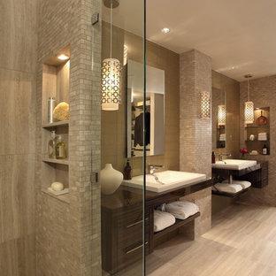 Exempel på ett modernt badrum, med öppna hyllor, skåp i mörkt trä och beige väggar