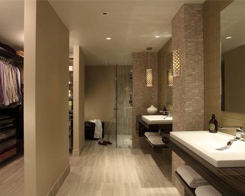 Salles de bains et wc avec un sol en travertin et une - Douche a l italienne travertin ...