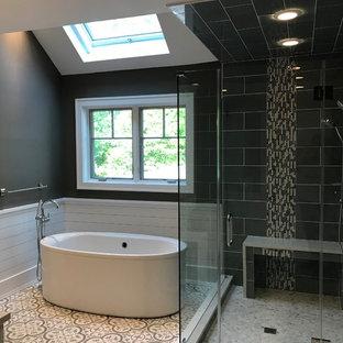 Bild på ett mellanstort funkis beige beige en-suite badrum, med luckor med upphöjd panel, vita skåp, ett fristående badkar, en hörndusch, grå kakel, porslinskakel, bruna väggar, klinkergolv i keramik, ett undermonterad handfat, flerfärgat golv och dusch med gångjärnsdörr