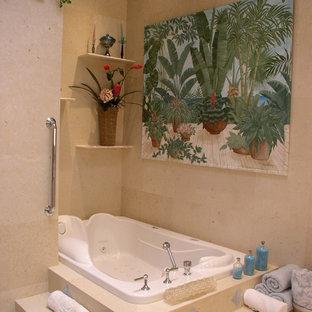 Ispirazione per una stanza da bagno padronale tropicale di medie dimensioni con ante lisce, ante bianche, piastrelle beige, piastrelle in travertino, pareti beige, pavimento in travertino, lavabo sottopiano, pavimento beige, doccia aperta, vasca idromassaggio, doccia alcova, top in quarzite e top grigio