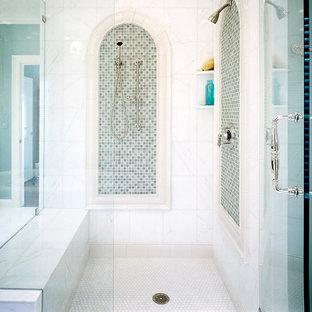 Immagine di una stanza da bagno mediterranea con doccia ad angolo, piastrelle di vetro, pavimento con piastrelle a mosaico e piastrelle verdi