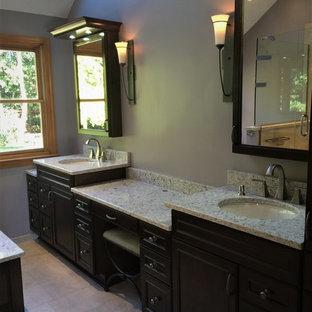 他の地域の中サイズのトランジショナルスタイルのおしゃれなマスターバスルーム (落し込みパネル扉のキャビネット、濃色木目調キャビネット、ドロップイン型浴槽、ダブルシャワー、分離型トイレ、ベージュのタイル、セラミックタイル、ベージュの壁、セメントタイルの床、アンダーカウンター洗面器、クオーツストーンの洗面台、ベージュの床、開き戸のシャワー、ベージュのカウンター) の写真