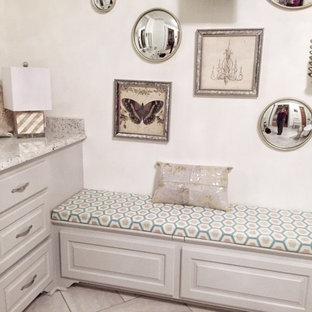 Geräumiges Shabby-Chic-Style Badezimmer En Suite mit grauen Schränken, Löwenfuß-Badewanne, Doppeldusche, grauen Fliesen, Keramikfliesen, weißer Wandfarbe, Keramikboden, Unterbauwaschbecken und Granit-Waschbecken/Waschtisch in Jackson