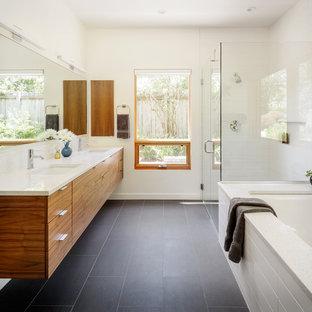 Inspiration pour une grand salle de bain principale design avec une cabine de douche à porte battante, un placard à porte plane, une baignoire encastrée, un carrelage blanc, un mur blanc, un lavabo encastré, un sol gris, un plan de toilette blanc, une douche d'angle, des carreaux de céramique, un sol en carrelage de porcelaine et un plan de toilette en quartz modifié.