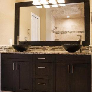 Foto de cuarto de baño principal, contemporáneo, de tamaño medio, con armarios estilo shaker, puertas de armario marrones, sanitario de una pieza, lavabo sobreencimera, ducha con cortina, ducha empotrada, baldosas y/o azulejos beige, baldosas y/o azulejos de travertino, paredes beige, suelo de travertino y suelo beige
