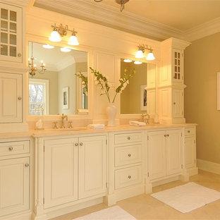 Пример оригинального дизайна: главная ванная комната среднего размера в классическом стиле с фасадами с выступающей филенкой, белыми фасадами, мраморным полом, врезной раковиной и мраморной столешницей