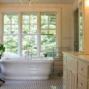 Immagine di una stanza da bagno chic con vasca freestanding e piastrelle a mosaico