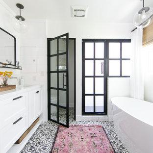 Diseño de cuarto de baño costero con armarios estilo shaker, puertas de armario blancas, ducha empotrada, paredes blancas, lavabo bajoencimera y encimeras blancas