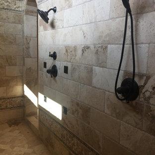Idee per una grande stanza da bagno padronale mediterranea con doccia ad angolo, piastrelle in travertino, pavimento in travertino, pavimento beige e doccia aperta