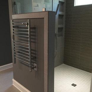 ローリーの中くらいのコンテンポラリースタイルのおしゃれなマスターバスルーム (オープン型シャワー、グレーのタイル、ガラスタイル、グレーの壁、セラミックタイルの床、シェーカースタイル扉のキャビネット、グレーのキャビネット、御影石の洗面台、オープンシャワー、分離型トイレ、アンダーカウンター洗面器、グレーの床) の写真