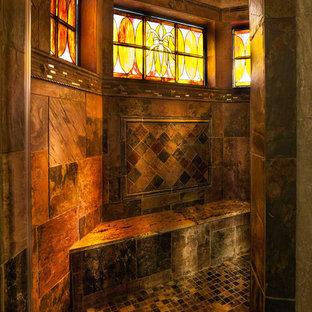クリーブランドの巨大なエクレクティックスタイルのおしゃれなマスターバスルーム (オープン型シャワー、マルチカラーのタイル、石タイル) の写真
